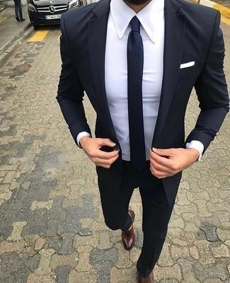 Come indossare e abbinare un fazzoletto da taschino bianco: Punta su un abito blu scuro e un fazzoletto da taschino bianco per un look spensierato e alla moda. Opta per un paio di scarpe oxford in pelle bordeaux per dare un tocco classico al completo.