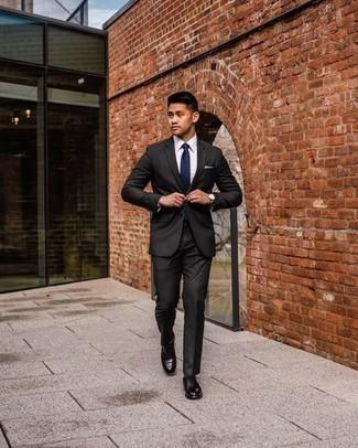 Come indossare e abbinare un orologio dorato: Abbina un abito nero con un orologio dorato per un look raffinato per il tempo libero. Indossa un paio di scarpe oxford in pelle nere per dare un tocco classico al completo.