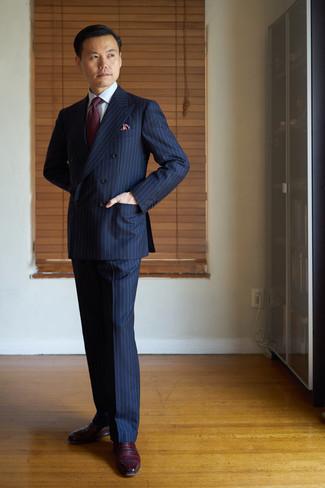Trend da uomo 2020: Prova ad abbinare un abito a righe verticali blu scuro con una camicia elegante bianca per un look elegante e alla moda. Scarpe oxford in pelle bordeaux sono una splendida scelta per completare il look.