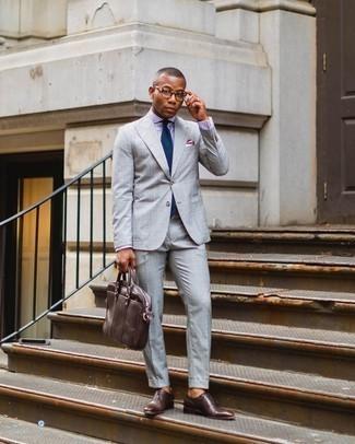 Trend da uomo 2020: Indossa un abito scozzese grigio e una camicia elegante a quadri viola chiaro per una silhouette classica e raffinata Perché non aggiungere un paio di scarpe oxford in pelle marrone scuro per un tocco di stile in più?