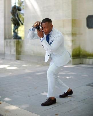 Trend da uomo 2020: Abbina un abito di seersucker a righe verticali azzurro con una camicia elegante in chambray azzurra per un look elegante e alla moda. Scarpe oxford in pelle scamosciata marrone scuro sono una eccellente scelta per completare il look.