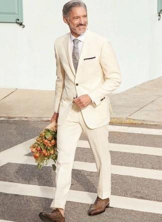 Come indossare e abbinare una camicia elegante bianca: Potresti abbinare una camicia elegante bianca con un abito beige come un vero gentiluomo. Scarpe oxford in pelle marroni sono una validissima scelta per completare il look.