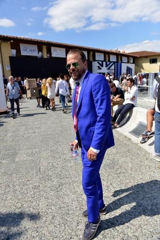 Come indossare e abbinare: abito blu, camicia elegante bianca, sneakers basse blu scuro, cravatta stampata viola melanzana