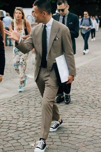 Come indossare e abbinare un fazzoletto da taschino grigio: Mostra il tuo stile in un abito marrone chiaro con un fazzoletto da taschino grigio per un fantastico look da sfoggiare nel weekend. Rifinisci questo look con un paio di sneakers basse di tela nere e bianche.