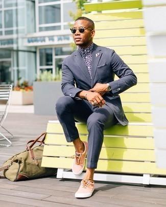Trend da uomo 2020 quando fa caldo: Scegli un outfit composto da un abito di seersucker blu scuro e una camicia elegante stampata bianca e blu scuro come un vero gentiluomo. Mettiti un paio di sneakers basse di tela arancioni per avere un aspetto più rilassato.