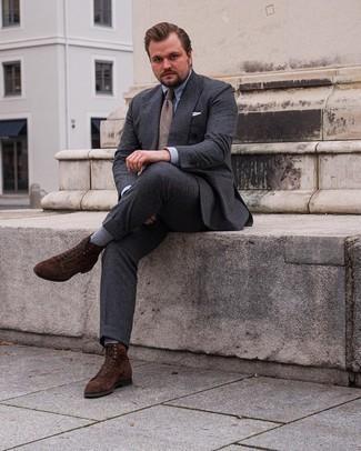 Trend da uomo 2021: Metti un abito grigio scuro e una camicia elegante azzurra per essere sofisticato e di classe. Se non vuoi essere troppo formale, mettiti un paio di stivali casual in pelle scamosciata marrone scuro.