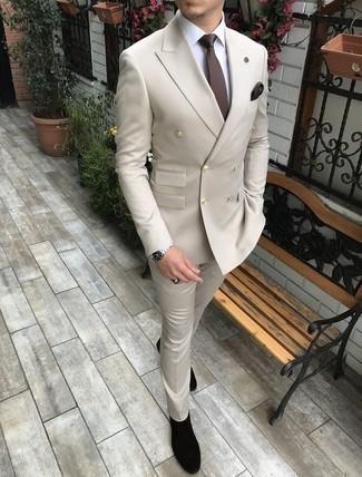 Come indossare e abbinare un abito beige: Potresti abbinare un abito beige con una camicia elegante bianca per un look elegante e di classe. Per un look più rilassato, mettiti un paio di stivali chelsea in pelle scamosciata neri.