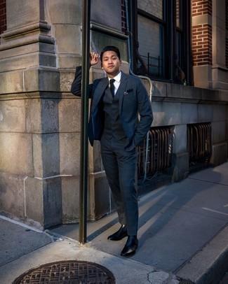 Come indossare e abbinare un abito scozzese blu scuro e verde: Punta su un abito scozzese blu scuro e verde e una camicia elegante bianca per un look elegante e alla moda. Mettiti un paio di stivali chelsea in pelle neri per avere un aspetto più rilassato.