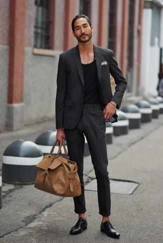 Come indossare e abbinare scarpe oxford in pelle nere: Coniuga un abito grigio scuro con una canotta nera per creare un look smart casual. Scarpe oxford in pelle nere daranno lucentezza a un look discreto.