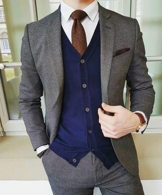 Come indossare e abbinare: abito di lana grigio, cardigan blu scuro, camicia elegante bianca, cravatta marrone scuro