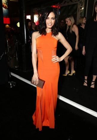 Come indossare: abito da sera arancione, pochette in pelle marrone scuro, anello argento