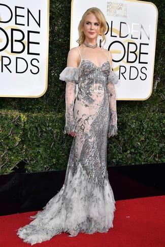 Come indossare e abbinare un gioiello per una donna di 50 anni: Punta su un abito da sera con paillettes argento e un gioiello per un semplice tocco di eleganza.
