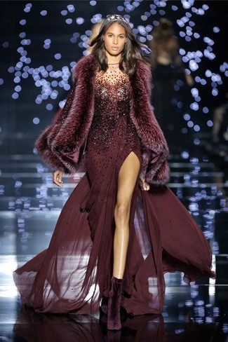 Come indossare: abito da sera con paillettes bordeaux, stivaletti di velluto melanzana scuro, sciarpa di pelliccia bordeaux