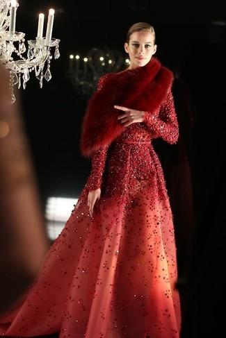 Come indossare: abito da sera con paillettes rosso, sciarpa di pelliccia rossa