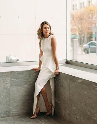 Come indossare: abito da sera con spacco bianco, décolleté in pelle marrone chiaro, orologio argento
