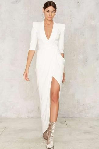 Come indossare: abito da sera con spacco bianco, stivaletti con lacci in pelle scamosciata argento