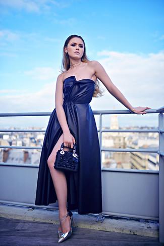 Come indossare: abito da sera di seta con spacco blu scuro, décolleté in pelle argento, pochette in pelle decorata blu scuro, collana trasparente