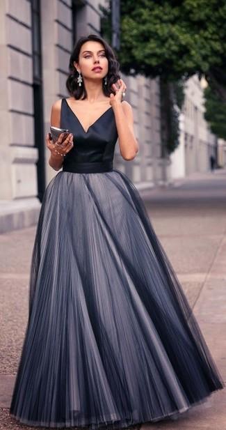 Come indossare: abito da sera di chiffon a pieghe nero, orecchini argento