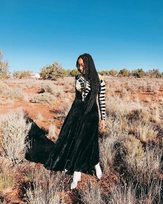 Come indossare: abito da sera effetto tie-dye nero, stivaletti in pelle bianchi