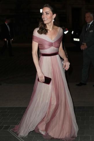 Come indossare: abito da sera in tulle rosa, décolleté in pelle argento, pochette di velluto bordeaux, orecchini trasparenti