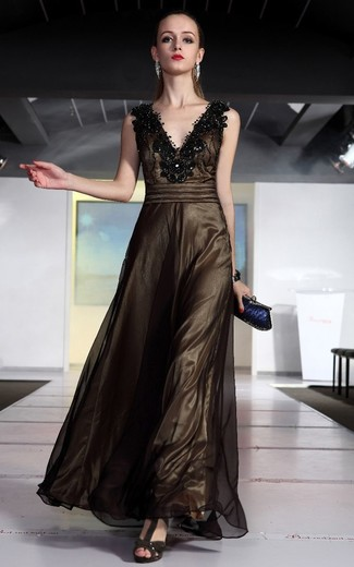 Come indossare: abito da sera in rete decorato marrone scuro, sandali con tacco in pelle scamosciata marrone scuro, pochette blu scuro, bracciale argento
