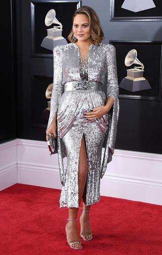 Come indossare: abito da sera con paillettes argento, sandali con tacco in pelle argento, pochette argento, orecchini argento
