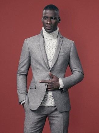 Come indossare: abito di lana grigio, dolcevita lavorato a maglia bianco
