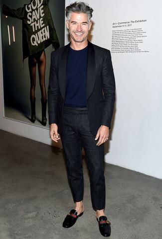 Trend da uomo quando fa molto caldo: Abbina un abito di lino nero con una t-shirt girocollo blu scuro per un drink dopo il lavoro. Calza un paio di mocassini eleganti in pelle neri per dare un tocco classico al completo.