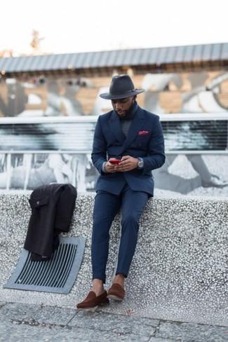 Come indossare e abbinare: abito blu scuro, dolcevita grigio, mocassini eleganti in pelle scamosciata marroni, borsalino di lana grigio scuro