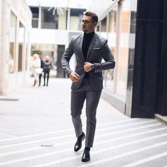 Come indossare e abbinare: abito grigio, dolcevita nero, scarpe oxford in pelle nere, fazzoletto da taschino bianco