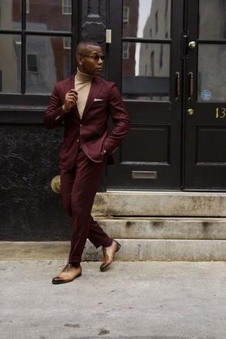 Come indossare e abbinare un dolcevita beige: Potresti abbinare un dolcevita beige con un abito bordeaux come un vero gentiluomo. Scegli un paio di scarpe oxford in pelle marrone chiaro come calzature per un tocco virile.