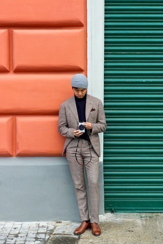 Come indossare e abbinare scarpe oxford in pelle marroni: Prova a combinare un abito scozzese beige con un dolcevita blu scuro se preferisci uno stile ordinato e alla moda. Calza un paio di scarpe oxford in pelle marroni per dare un tocco classico al completo.