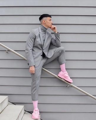 Trend da uomo 2020: Mostra il tuo stile in un dolcevita grigio per un pranzo domenicale con gli amici.