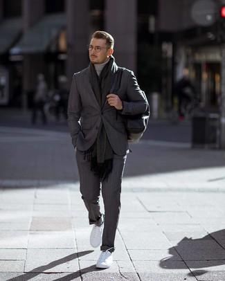 Come indossare e abbinare: abito a righe verticali grigio scuro, dolcevita grigio, sneakers basse bianche, zaino in pelle nero