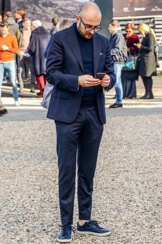 Come indossare e abbinare un abito blu scuro: Metti un abito blu scuro e un dolcevita blu scuro per una silhouette classica e raffinata Se non vuoi essere troppo formale, prova con un paio di sneakers basse in pelle blu scuro.
