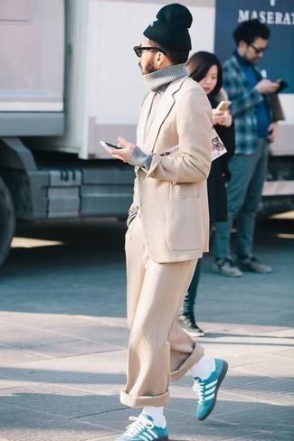 Come indossare e abbinare un abito beige: Opta per un abito beige e un dolcevita di lana grigio per essere sofisticato e di classe. Sneakers basse in pelle scamosciata acqua aggiungono un tocco particolare a un look altrimenti classico.