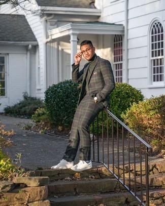 Come indossare e abbinare calzini azzurri: Combina un abito scozzese blu scuro e verde con calzini azzurri per un look semplice, da indossare ogni giorno. Sneakers basse in pelle bianche sono una splendida scelta per completare il look.