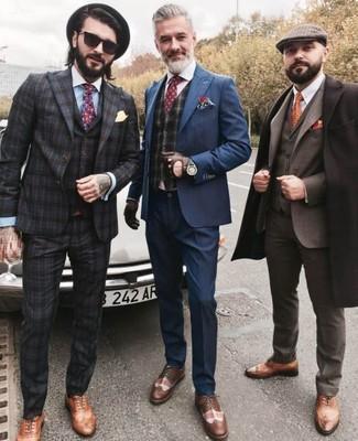 Come indossare e abbinare un gilet scozzese grigio scuro: Coniuga un gilet scozzese grigio scuro con un abito blu scuro come un vero gentiluomo. Per distinguerti dagli altri, scegli un paio di scarpe brogue in pelle marroni.