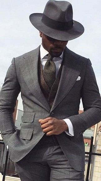 Come indossare e abbinare: abito scozzese grigio, gilet di lana marrone scuro, camicia elegante bianca, borsalino di lana grigio scuro