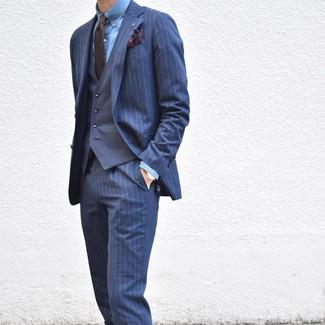 Come indossare e abbinare: abito a righe verticali blu scuro, gilet blu scuro, camicia elegante in chambray blu, cravatta marrone scuro