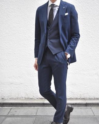 Come indossare e abbinare: abito a righe verticali blu scuro, gilet blu scuro, camicia elegante bianca, scarpe derby in pelle nere