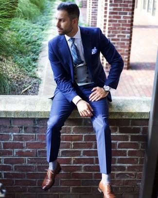 Come indossare e abbinare: abito blu, gilet grigio, camicia elegante bianca, scarpe oxford in pelle marroni