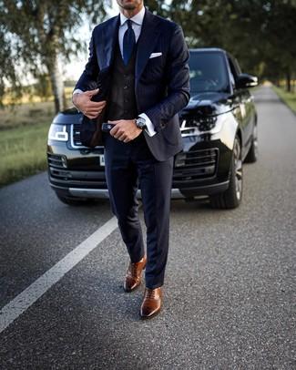 Come indossare e abbinare: abito a righe verticali blu scuro, gilet marrone scuro, camicia elegante bianca, scarpe brogue in pelle marroni