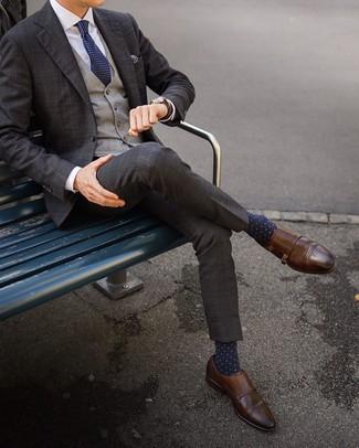 Come indossare e abbinare: abito scozzese marrone scuro, gilet scozzese grigio, camicia elegante bianca, scarpe double monk in pelle marroni