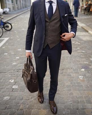 Come indossare e abbinare: abito blu scuro, gilet marrone scuro, camicia elegante bianca, scarpe brogue in pelle marrone scuro