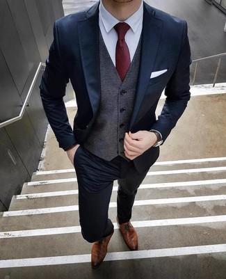 Come indossare e abbinare: abito blu scuro, gilet grigio scuro, camicia elegante bianca, scarpe derby in pelle marroni