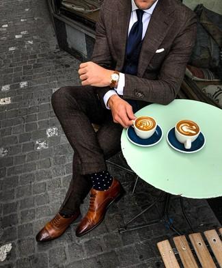 Come indossare e abbinare: abito a quadri marrone scuro, gilet blu scuro, camicia elegante bianca, scarpe brogue in pelle marroni