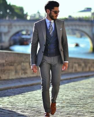 Come indossare e abbinare: abito grigio, gilet blu scuro, camicia elegante azzurra, scarpe double monk in pelle terracotta