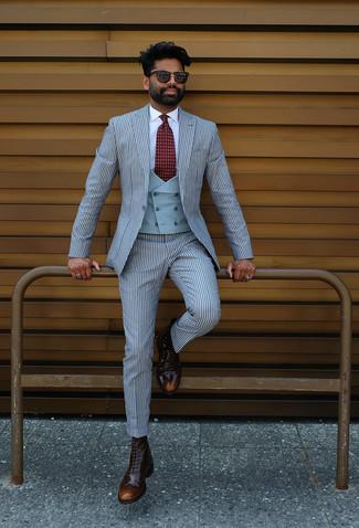 Come indossare e abbinare: abito a righe verticali azzurro, gilet azzurro, camicia elegante bianca, stivaletti brogue in pelle marrone scuro