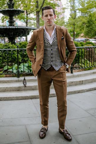 Moda uomo anni 30: Prova a combinare un abito marrone con un gilet a quadretti nero e bianco per essere sofisticato e di classe. Calza un paio di mocassini con nappine in pelle marrone scuro per avere un aspetto più rilassato.